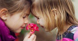 Jak pomoci dětem upevňovat smysluplná přátelství: Nejen být hodné, ale i konat dobro