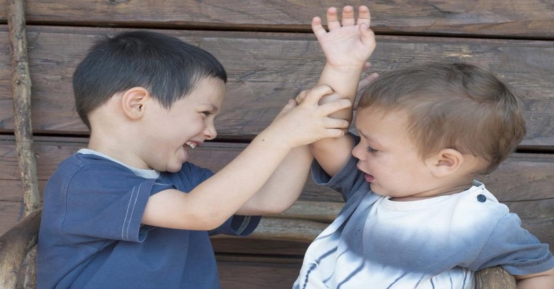 Místo toho, abyste předškoláka nutili se omluvit, udělejte raději toto