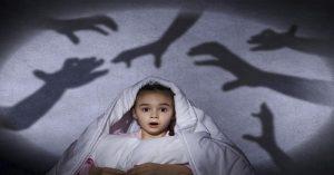 Jak pomoci dětem překonat strach ze tmy a noční můry