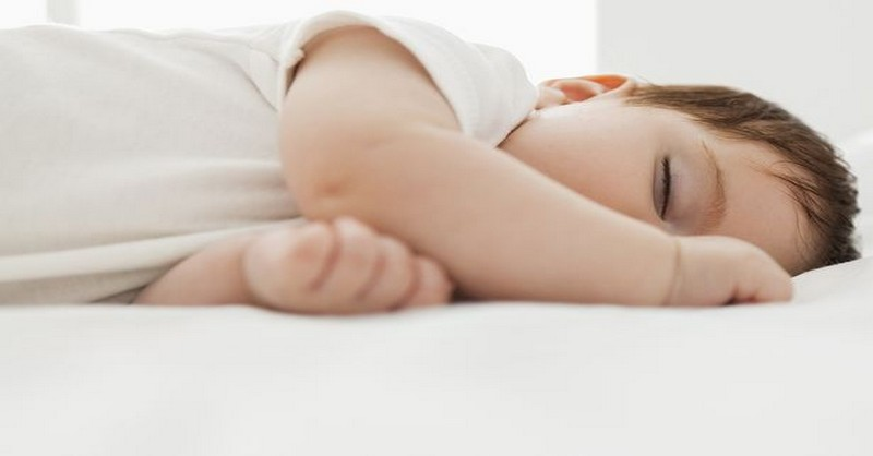 Jak ochránit miminko před horkem (a usnadnit mu usínání)