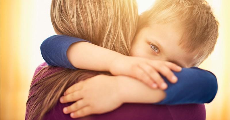 """Proč je třeba děti objímat i v případě, kdy se chovají """"hrozně"""""""