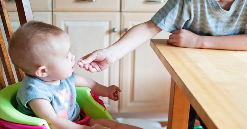 Kolik by toho mělo sníst vaše dítě za den (Velikosti a počty porcí od miminka až po předškoláka)