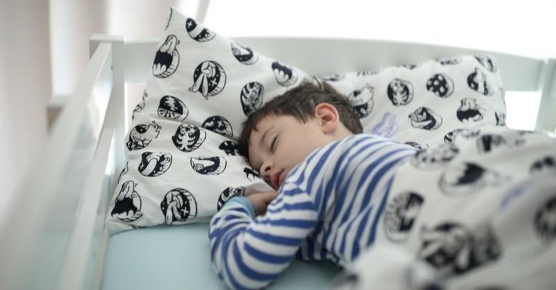 Když se dítě v noci pomočuje (5 tipů, jak tomu předcházet)