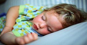 10 kroků k tomu, aby se vaše dítě naučilo spát samo ve vlastní posteli