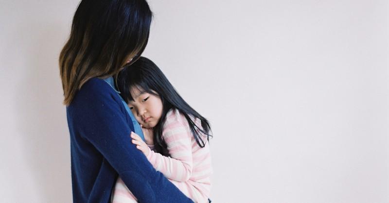 Proč se vaše dítě chová ve vaší přítomnosti hůře (a jak ho uklidnit)