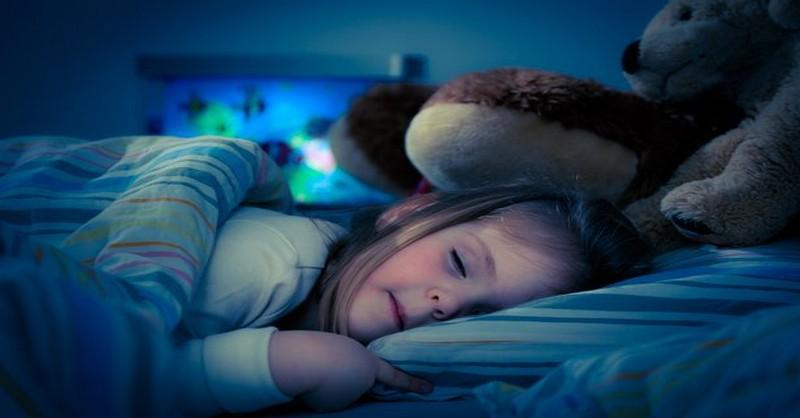 Proč byste nikdy neměli nechat dveře v dětském pokoji otevřené, když děti spí